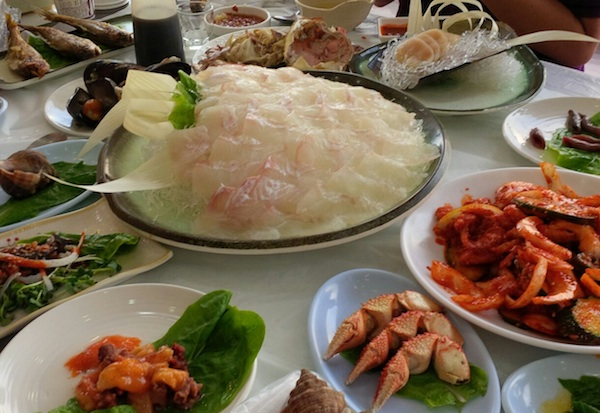Hwe (회) with fresh sidedishes